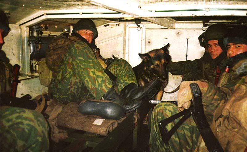 Десант в МТ-ЛБ в ходе тактических учений. Слева вместо сиденья для десанта имелся стеллаж для имущества. На нем лежат саперы со своей собакой, обнаружившей около 200 мин и фугасов. 27 мсд, Тоцкий окружной полигон, февраль 2002 г.