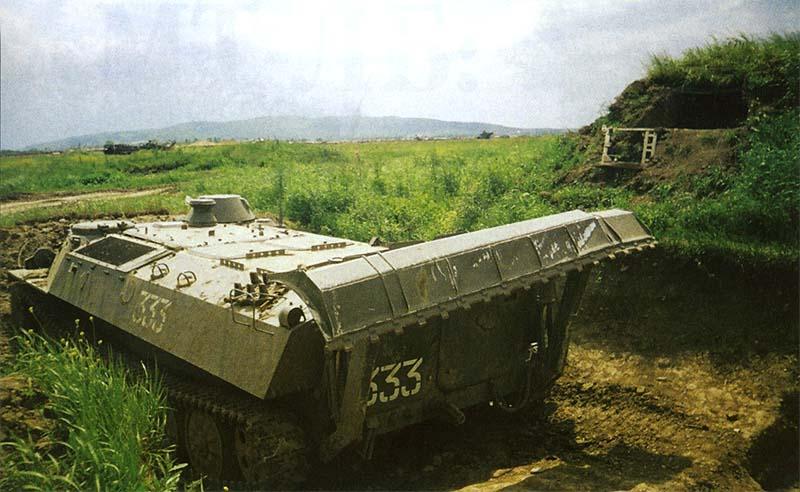 МТ-ЛБ с устройством для самоокапывания на позиции боевого охранения. Чечня, май 2000 г.
