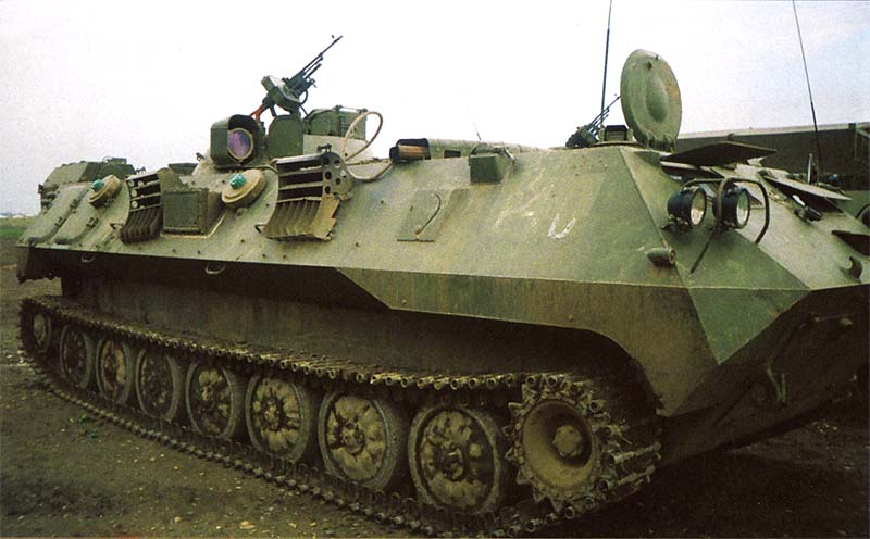 Машина управления артиллерии 1В14М. Вооружена пулеметом ПКМБ. На бортах закреплены круглые дымовые шашки, очень похожие на мины. Чечня, Ханкала, июнь 2000 г.