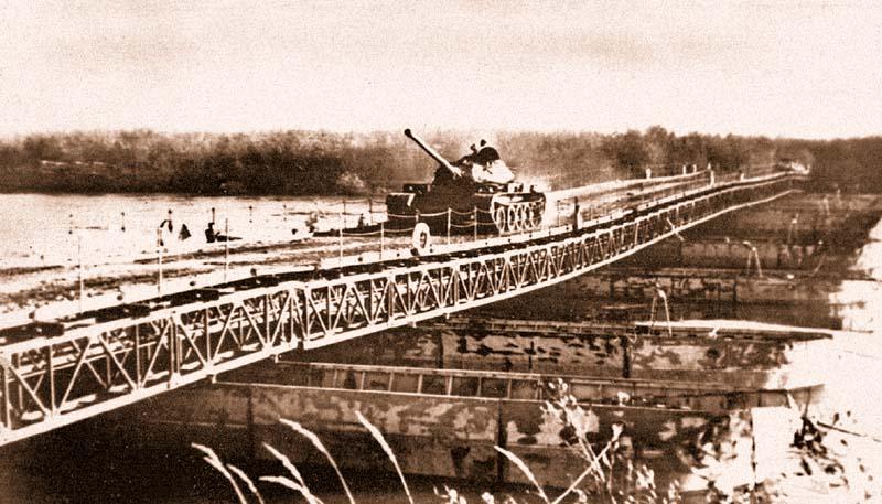 Переправа танков по наплавному мосту из специального понтонного парка ППС