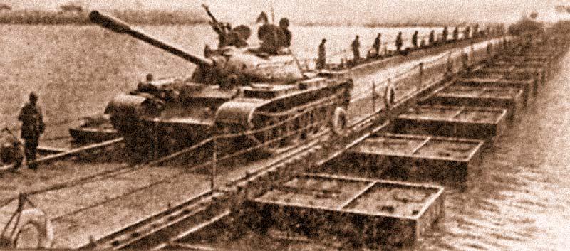 Переправа танков по наплавному мосту из тяжелого понтонного парка ТПП