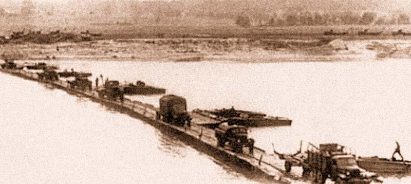 Переправа автомобилей по наплавному мосту парка ПМП грузоподъемностью 20 т