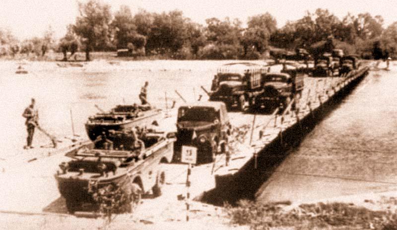 Двухрядная переправа автомобилей по наплавному мосту парка ПМП грузоподъемностью 20 т