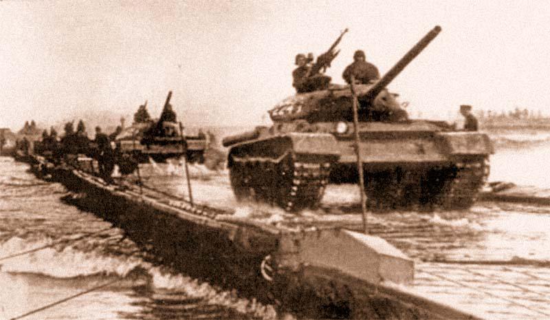 Переправа танков по наплавному мосту парка ПМП грузоподъемностью 60 т
