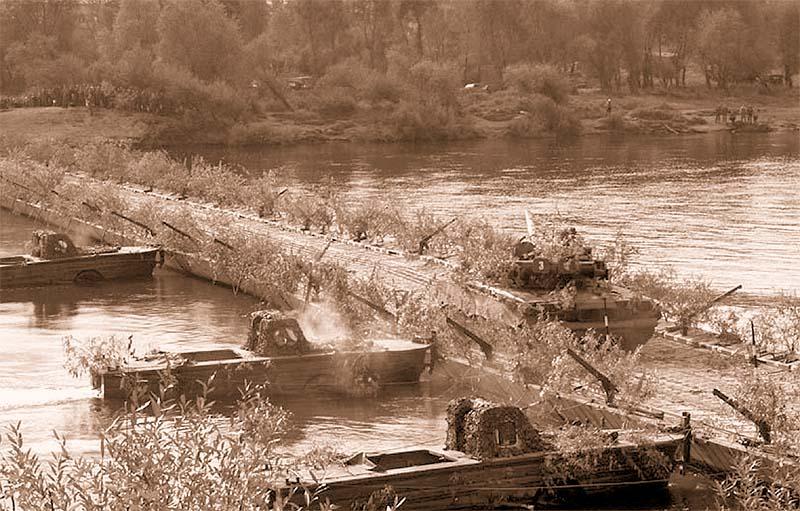 Переправа танков Т-80 по наплавному мосту, наведенному из парка ПМП