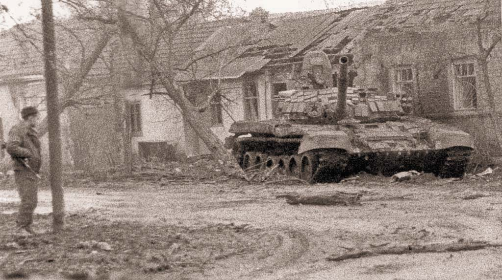 Т-72Б1 группы Север в пригороде г. Грозного. Как у большинства танков, участвовавших в боях начала января, фальшборт сорван. Январь 1995 г.