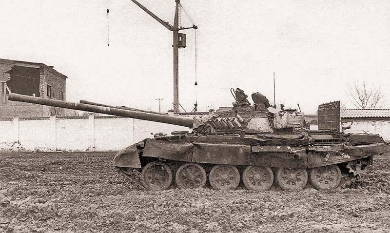 Трофейный танк Т-72А, захваченный федеральными войсками у НВФ в ходе боев в Грозном, За характерные башни, покрашенные белой известью, эти машины у федералов получили прозвище «белые вороны». После ремонта танк был использован группой Север в боях на площади Минутка. Январь 1995 г.