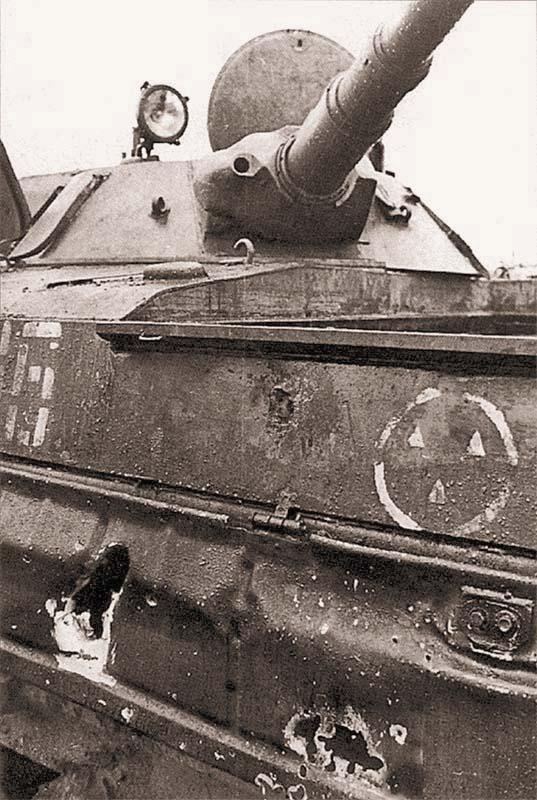 Три попадания в двигатель БМП-1 из РПГ говорят о высоком профессионализме гранатометчиков НВФ, участвовавших в боях с федеральными войсками в Грозном. Февраль 1995 г.
