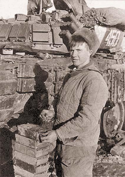 Снаряжение ВВ блоков динамической защиты танка Т-72Б1 перед боями за южную часть Грозного на улице Ноя Баучидзе и площади Минутка. Январь 1995 г.