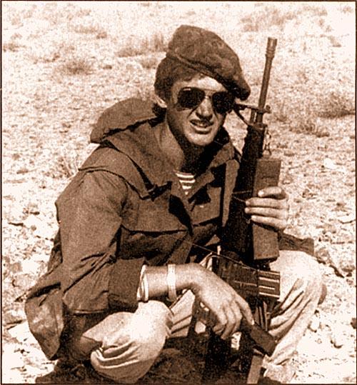 Автор статьи. Афганистан, октябрь 1987 года. М16 в Афгане была экзотикой. Большинство военнослужащих боевых подразделений 40-й Общевойсковой Армии предпочитали ходить на боевые задания с 7,62-мм автоматом Калашникова со складывающимся прикладом (АКМС)