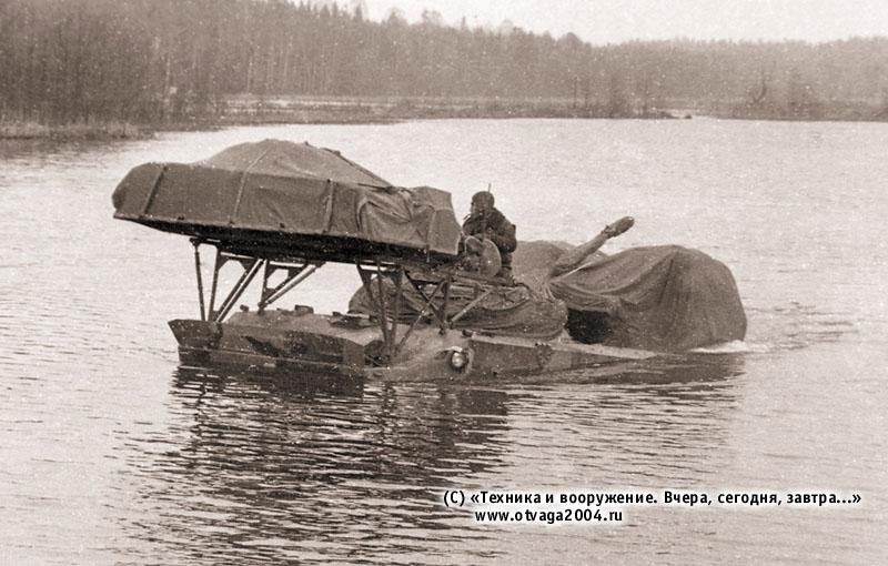 БМД-3 на плаву с установленными средствами десантирования ПБС-950 в походном положении