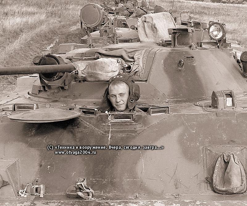 БМД-3 на марше. Механик-водитель располагается по-походному