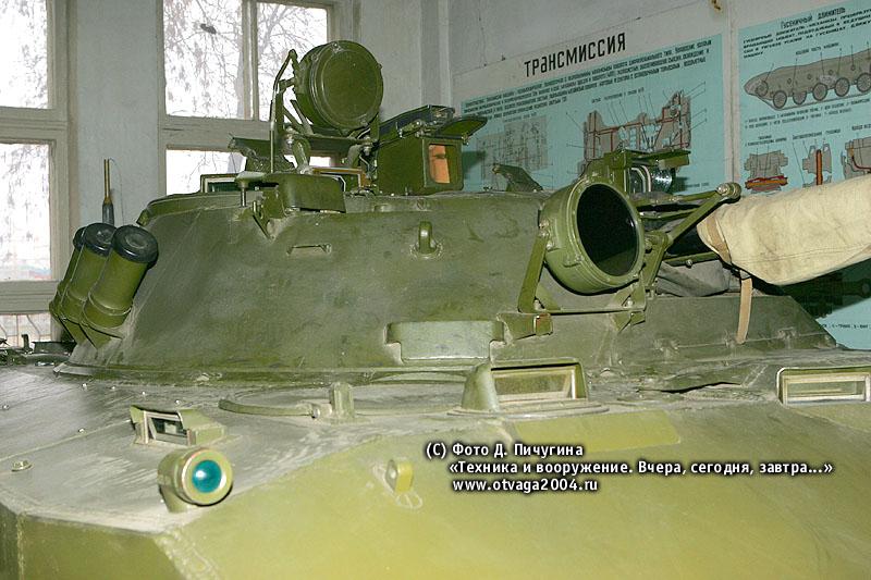 Башня БМД-3. Слева видны прибор ТКН-ЗМБ и осветитель ОУ-ЗГА-2 на командирской башенке, прицел 1ПЗ-3; справа – прицел БПК-2-42, прожектор ОУ-5 (возле установки вооружения); на борту башни – дымовые гранатометы системы 902В «Туча»; на корпусе – прибор-прицел ТНПП-220А
