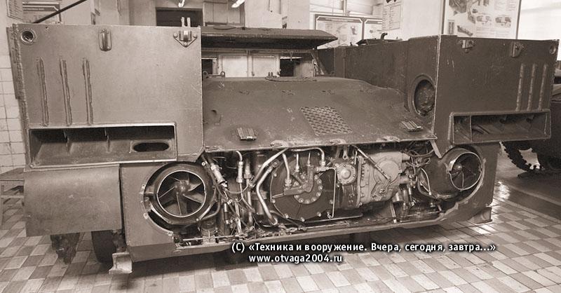 Кормовая часть корпуса БМД-3. Кормовой лист снят, хорошо видны механизм передачи и поворота с гидрообъемной передачей, рабочие колеса водометов, а также эжекторы по бортам кормовой части