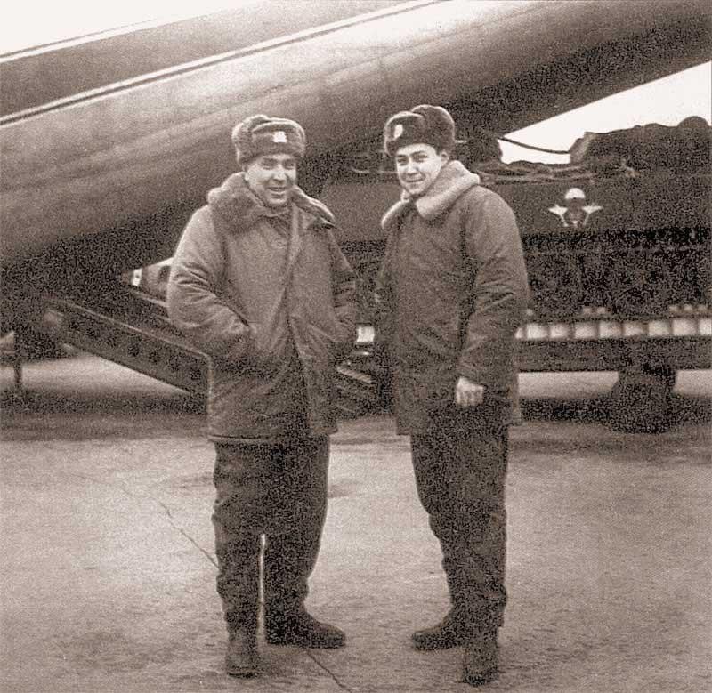 Завтра эксперимент. Командир экипажа «Кентавр-1» гвардии подполковник А.Г.Зуев и наводчик-оператор старший лейтенант А.В.Маргелов готовы «оседлать» диковинного зверя