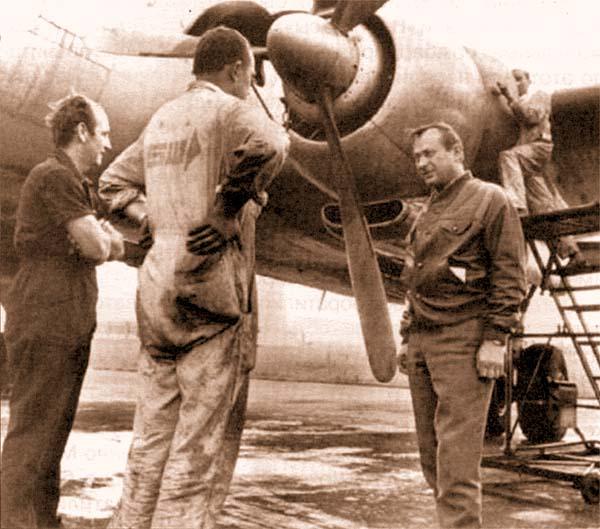 Справа – немецкий наемник «Хэнк Вартон» (Генрих Вартски) в Биафре