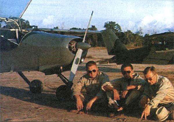 Шведские летчики в Биафре у своих самолетов