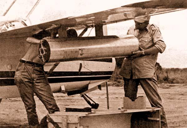 Подвеска под крыло «Милитрейнера» блока 68-миллиметровых НАР MATRA, Габон, апрель 1969 г. Самолет еще не перекрашен в военный камуфляж.