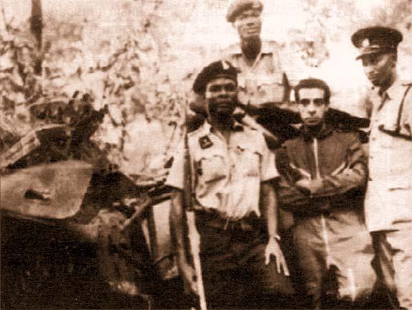 Португальский летчик-наемник Гиль Пинто де Сауса в плену у нигерийцев