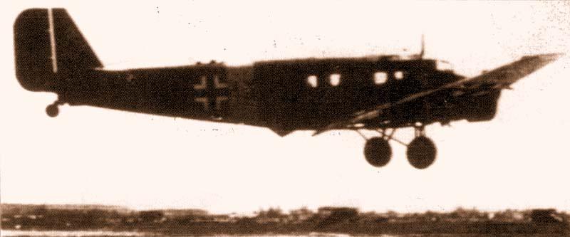 Ju-52 N3+IX из KGrzbV 172 садится на демянском аэродроме