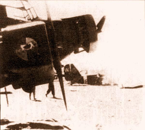 «Тетушка Ю», мобилизован-ная в одной из летных школ, на демянском аэродроме. На заднем плане - Ju52 из KGrzbV 500, разбитый при штурмовке летного поля советской авиацией