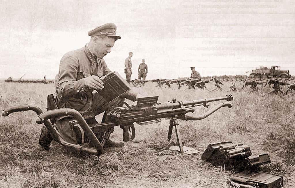 Красноармеец знакомится с устройством 20-мм автоматической пушки, захваченной в боях 20-31 августа 1939 г. на реке Халхин-Гол