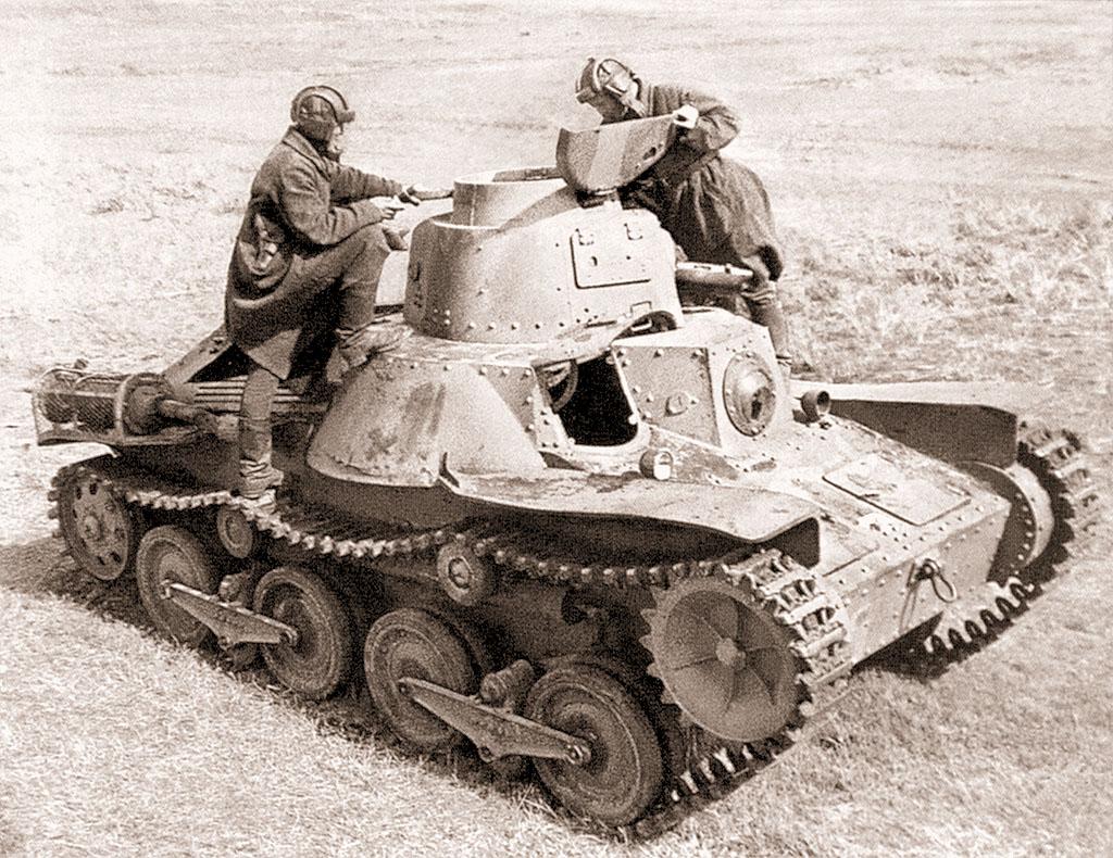 Советские танкисты осматривают трофейный танк «Тип 95 Ха-Го» (военный № 114) из состава 4-го танкового полка Квантунской армии. Машина была захвачена в бою 3 июля 1939 г. взводом лейтенанта Алымова (2-я рота 24-го танкового батальона 11-й танковой бригады). Зимой 1939-1940 гг. этот танк проходил испытания на полигоне в подмосковной Кубинке