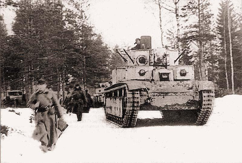 Танк Т-28 на марше. Северо-западный фронт, январь 1940 г. Это машина выпуска 1938 года с пушкой Л-10 и поручневой антенной