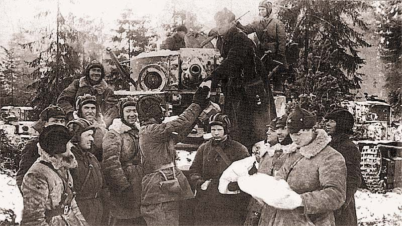 Раздача подарков, присланных рабочими Кировского завода танкистам 20-й танковой бригады. Февраль 1940 г.