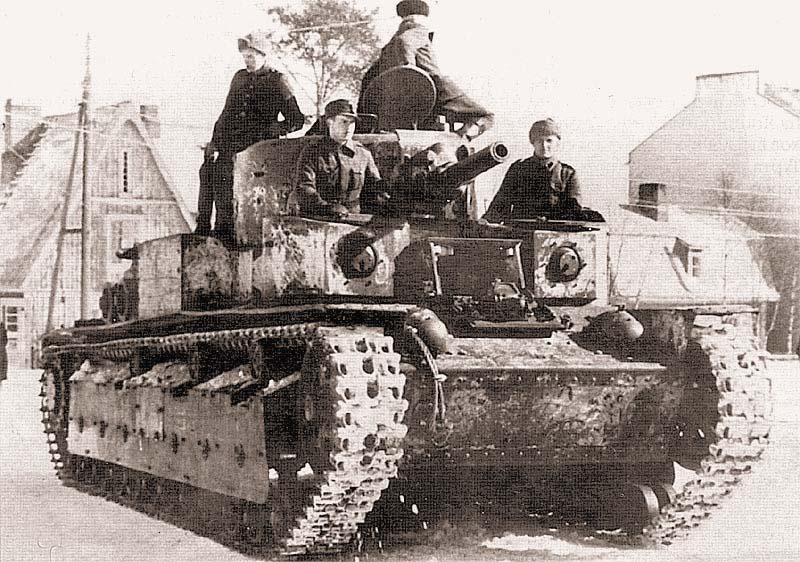 Финские солдаты выводят в тыл захваченный танк Т-28. Январь 1940 г. В ходе войны финны захватили два танка Т-28