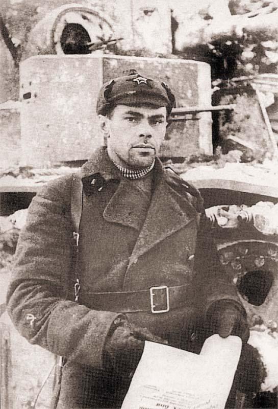 Герой Советского Союза техник 90 ТБ Н. Естратов у своего танка. Карельский перешеек, март 1940 года. Видно, что танк имеет частичную экранировку переднего наклонного листа и пулеметных башен