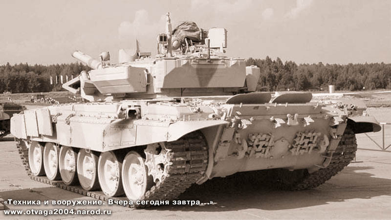 Танк Т-90С «Бишма» выпуска 2002 г. На кормовом листе корпуса хорошо видны крепления запасных траков