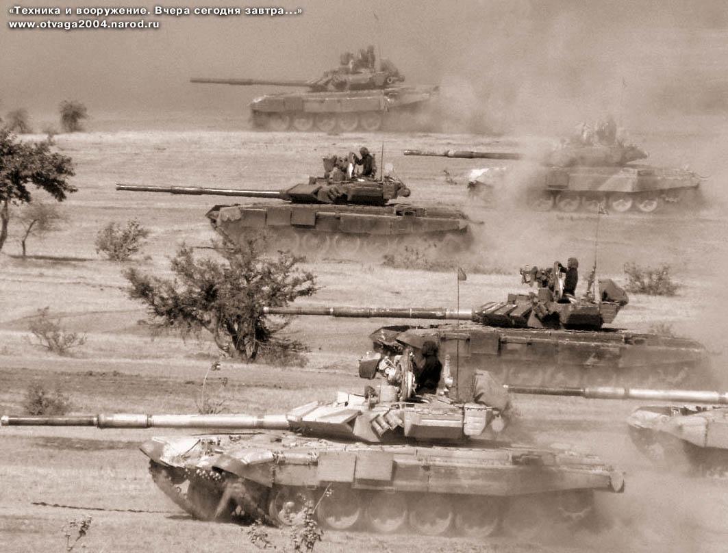 Танки Т-90С «Бишма» первой и второй серий выпуска на войсковых учениях в пустыне