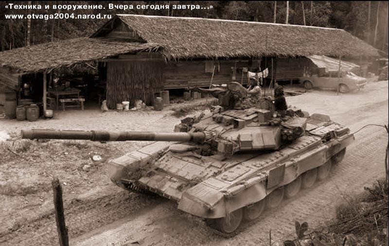 Танк Т-90С на маршруте в малазийской глубинке. Лето 2000 г.