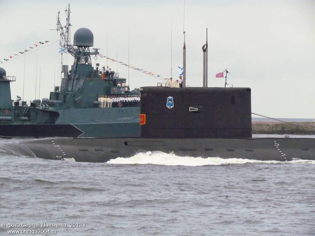 Та же лодка, на заднем плане - МПК проекта 1331М