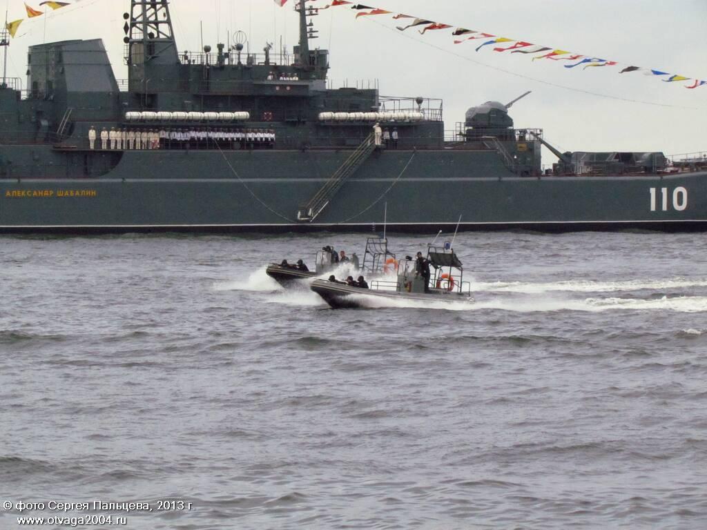 Катера морского спецназа, на заднем плане БДК «Александр Шабалин»