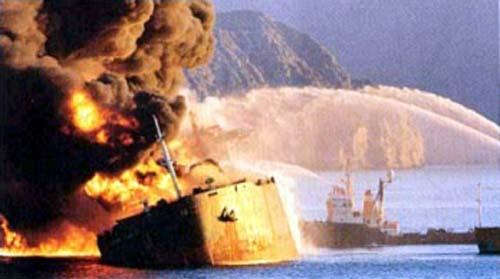 Горящий танкер в Персидском заливе – жертва нападения одной из воюющих сторон