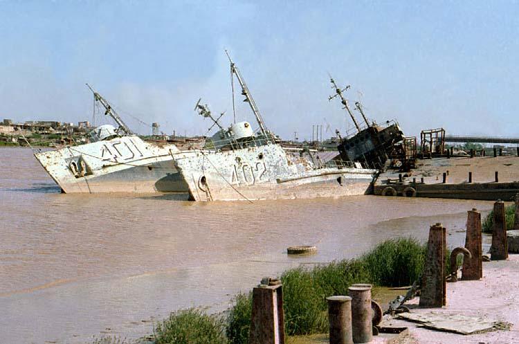 Полузатопленные десантные корабли одной из воюющих сторон