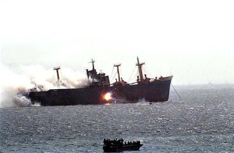 Иранский катер атакует грузовое судно в Персидском заливе