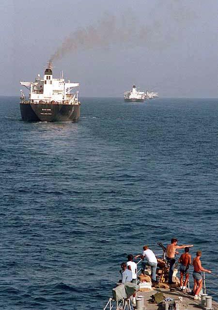 Конвой танкеров в Персидском заливе. На переднем плане – нос американского эсминца УРО DDG-993 «Кидд», на котором несут вахту впередсмотрящие, следящие за минной обстановкой, 22 сентября 1987 г.