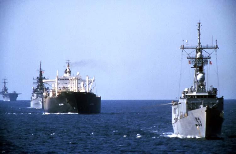 Конвой в Персидском заливе в сопровождении кораблей ВМС США