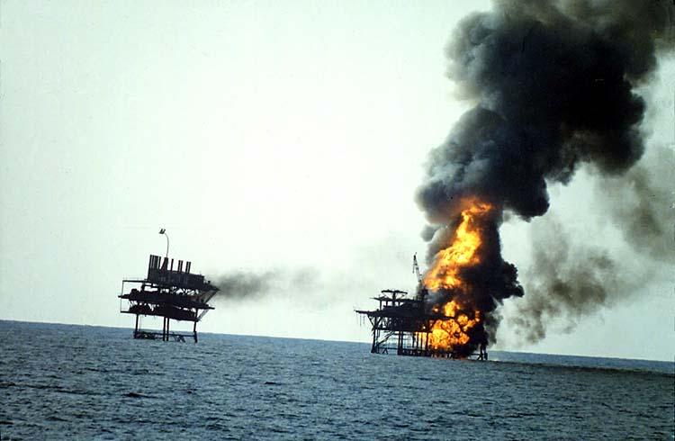 Горящая иранская нефтяная платформа после обстрела кораблями ВМС США 18 апреля 1988 г.  Платформа использовалась иранскими катерами в качестве базы для нападения на конвои танкеров
