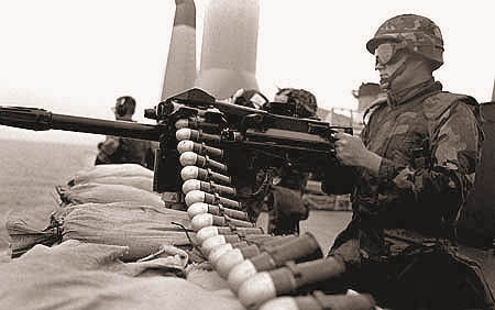 Американский морской пехотинец за 40-мм станковым автоматическим гранатомётом Mk19 на борту десантного транспорта-дока LPD-14 «Трентон» ВМС США. Персидский залив, 20 февраля 1988 г.