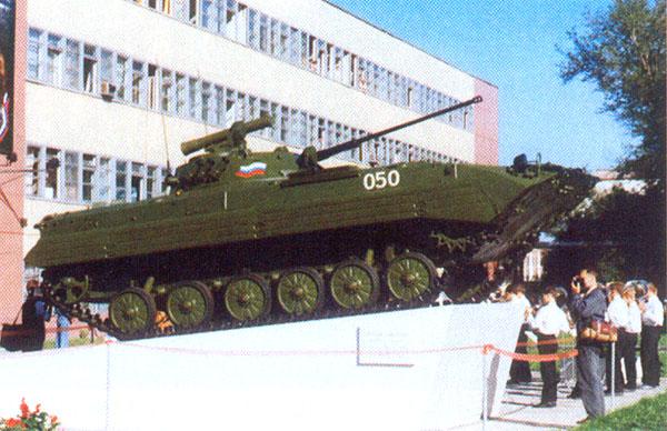 БМП-2, установленная в качестве памятника на территории КМЗ