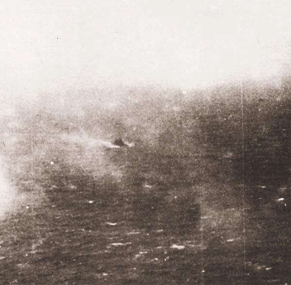 Вид на «Bismarck» (в центре) с самолета «Swordfish»