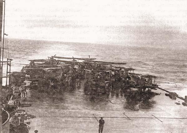 Торпедоносцы «Swordfish» на палубе АВ «Victorious» в ожидании старта для атаки «Bismarck» 24 мая 1941 г. Это все девять самолетов, которые мог поднять в воздух корабль