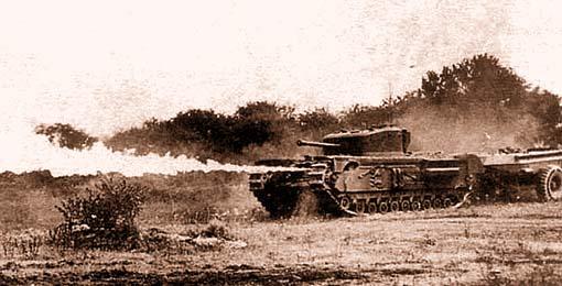 """""""Черчилль-Крокодил"""" во время выстрела огнесмесью"""