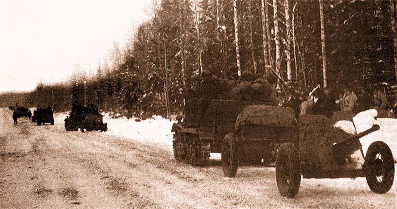 Бронированные тягачи Т-20 «Комсомолец» с 45-мм противотанковыми пушками выдвигаются к линии фронта. Карельский перешеек, район Васкелово, 2 декабря 1939 года
