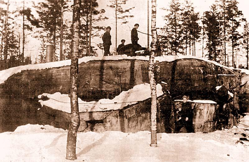 «Миллионный» ДОТ на «линии Маннергейма». Размеры сооружения можно представить, сравнив его с фигурками стоящих рядом бойцов. Карельский перешеек, февраль 1940 года
