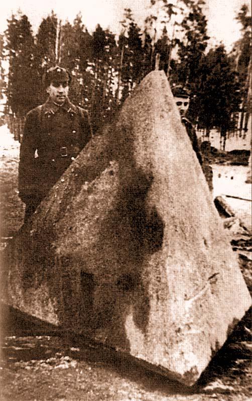 Железобетонная надолба высотой 2 метра. Карельский перешеек, декабрь 1939 года